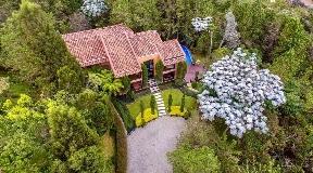 Casa con Cava de Vinos y Piscina Climatizada en Venta en Envigado