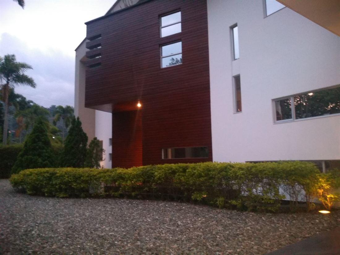 Exclusiva y Moderna Casa con Amplias Zonas Verdes en Venta - Envigado