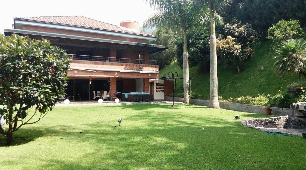 Amplia Casa de 3 Niveles con Gym en Venta en Los Balsos-Medellin