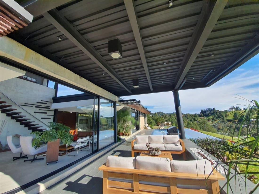Casa con Piscina y Cancha de Futbol en Alto del Escobero - Envigado
