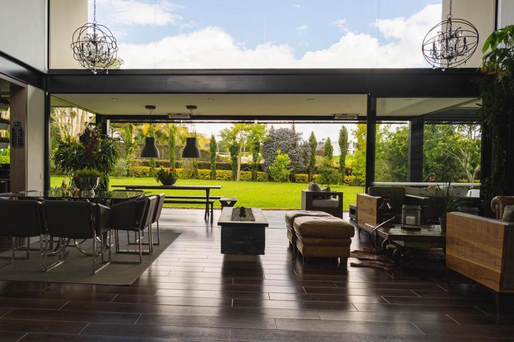 Magna Casa en Venta en Altos de las Palmas Bellaterra – Medellin